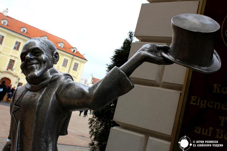 La estatua de Schöne Naci invitándonos a descubrir Bratislava